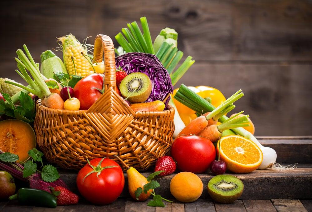 Cesta con frutta e verdura contro l'intolleranza al glutine.