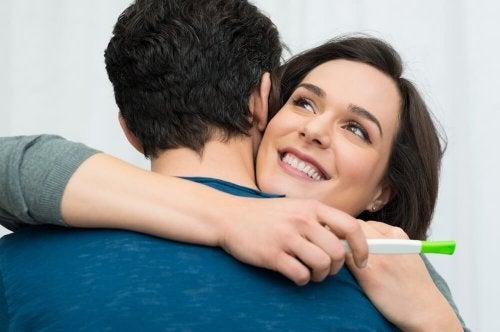 Donna che abbraccia il partner perché è rimasta incinta