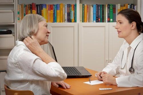 DOttoressa mentre diagnostica la fibromialgia a una paziente