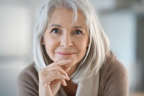 donna con capelli grigi