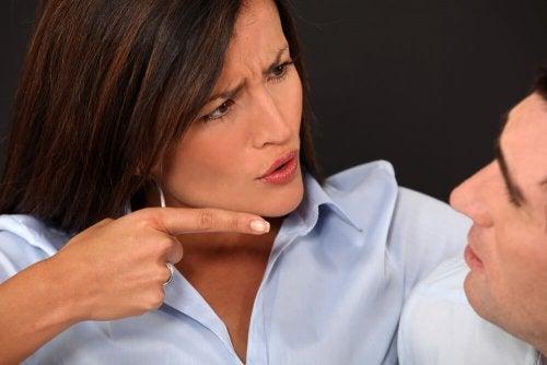 Donna che critica il partner