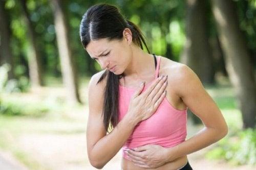 Donna con dolore al petto legato ad un infarto