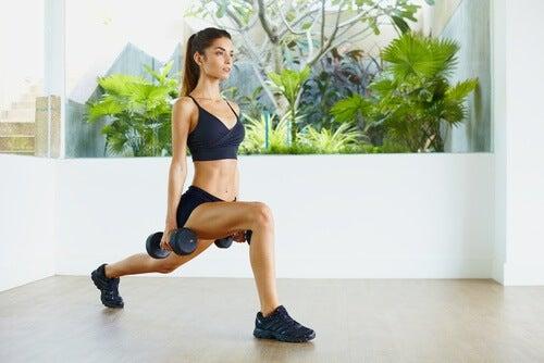 Donna che fa esercizi per le gambe