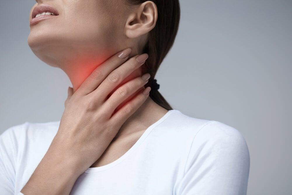 Donna con il mal di gola