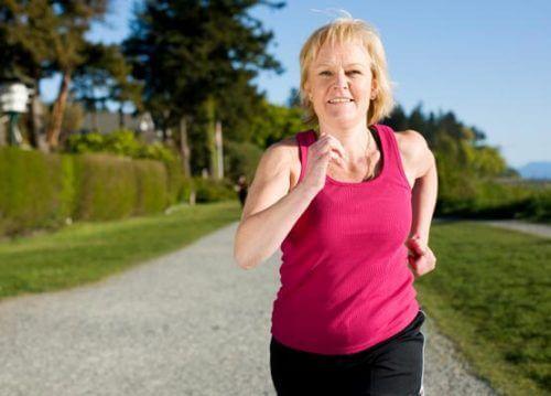 Donna in menopausa che corre