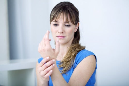 Donna con problemi articolari