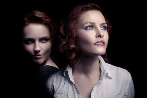Due donne una che mente