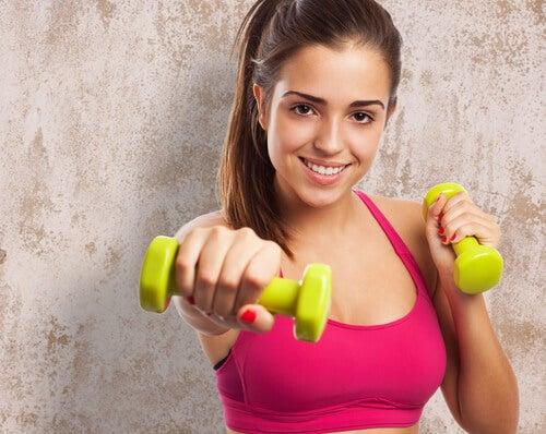 Esercizi con pesi per principianti che vogliono snellire le braccia
