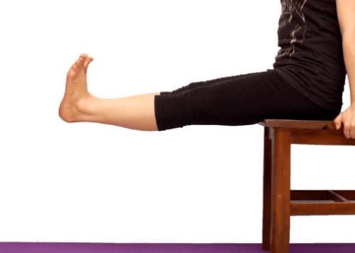 Estensione delle ginocchia sulla sedia