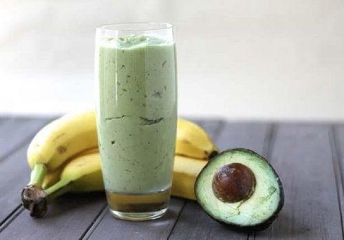 Frullato tè verde, banana e avocado