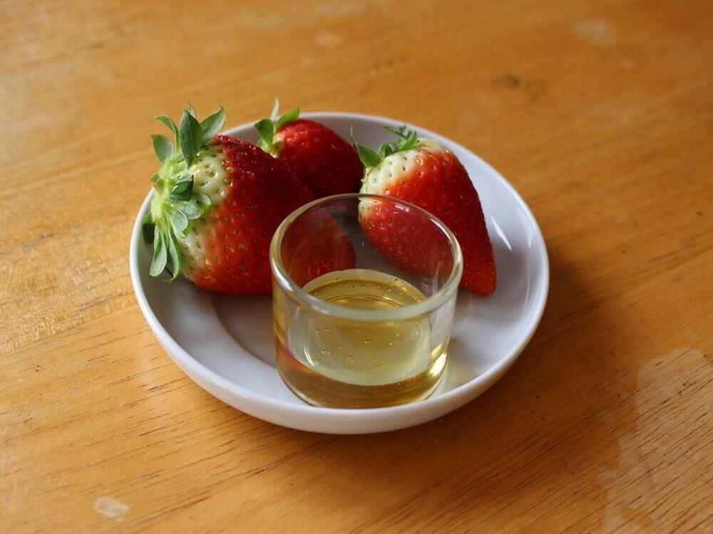 olio e fragole in un piatto