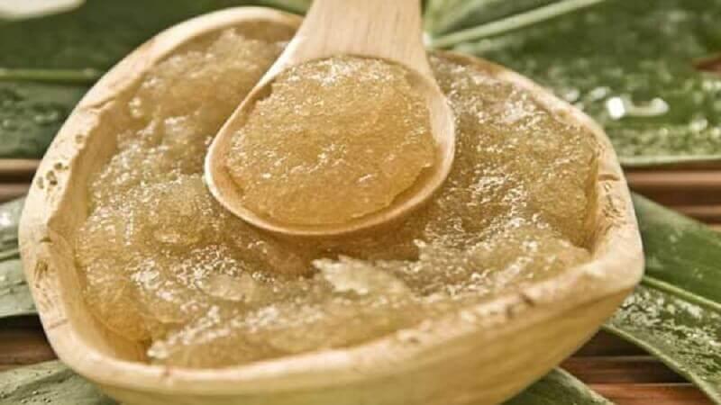 Olio e zucchero in recipiente di legno