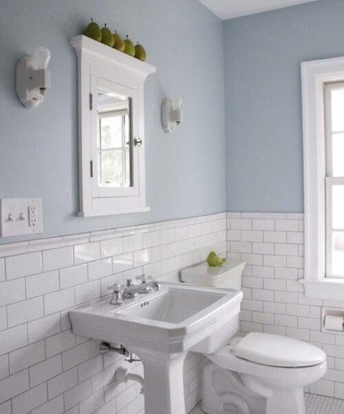 Pareti chiare del bagno