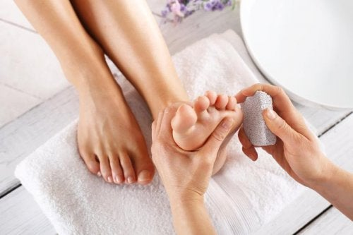 cura dei piedi con pietra pomice