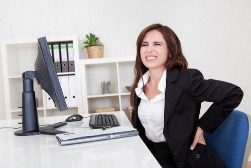 Donna con problemi di postura e dolore lombare