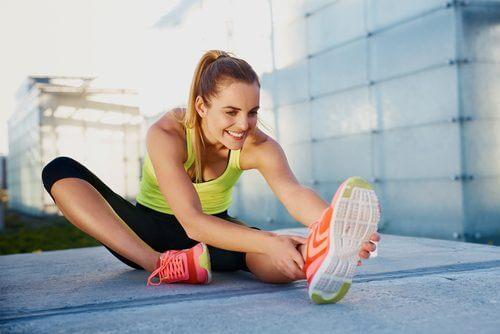 Ragazza che fa stretching per alleviare i dolori muscolari
