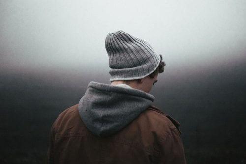 Ragazzo di spalle con depressione