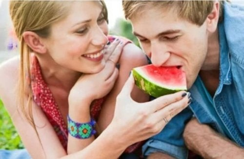Ragazzo che mangia l'anguria