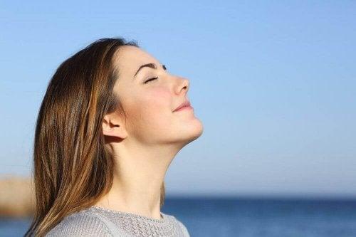 Donna che pratica esercizi di respirazione