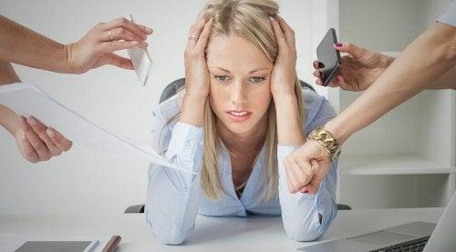 Donna sommersa dallo stress