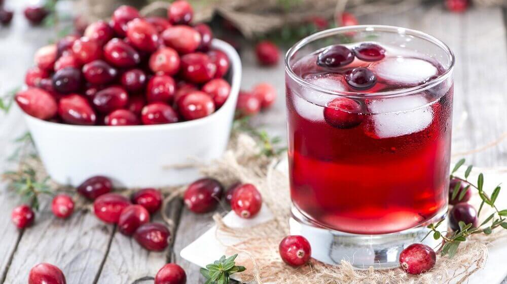 un succo diuretico di mirtilli, anguria e ciliegie può aiutare a ridurre l'infezione della vescica
