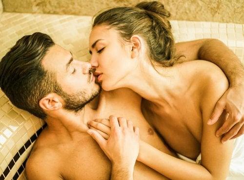 Coppia desidera praticare sesso in acqua