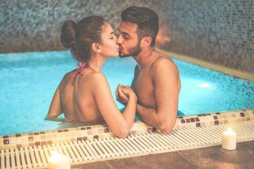 Bacio in piscina