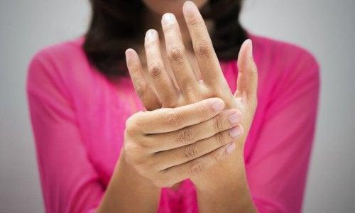 donna si tocca la mano