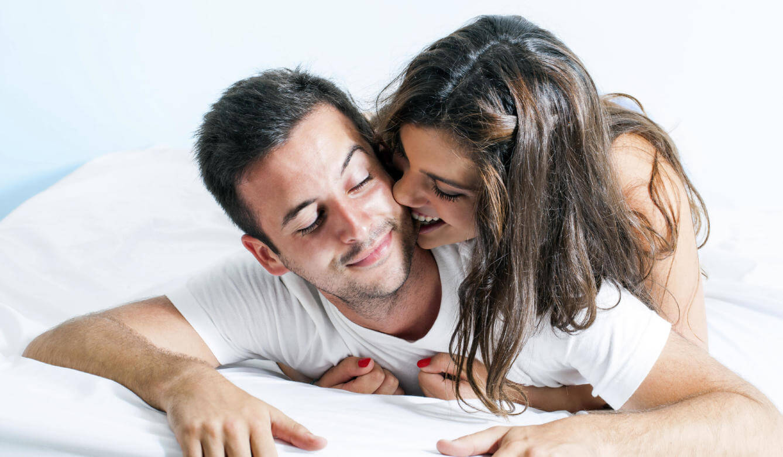 Donna abbraccia il partner sul letto