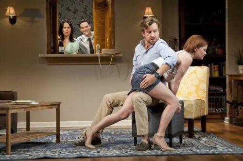Coppia che pratica spanking davanti ad altra coppia
