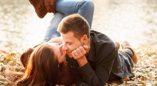 Coppia che si bacia sull'erba