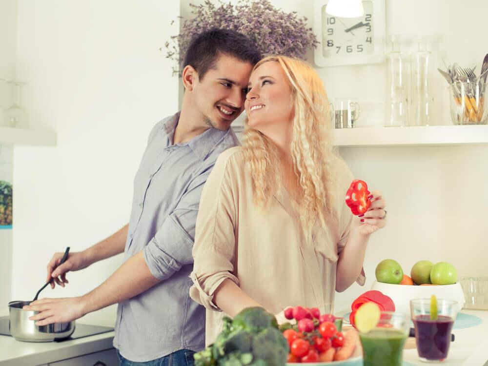 Coppia felice in cucina