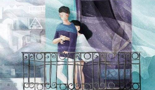 Coppia abbracciata sul balcone