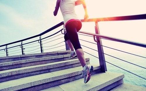 Ragazza corre sulle scale
