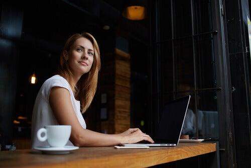 Donna al computer che sorride