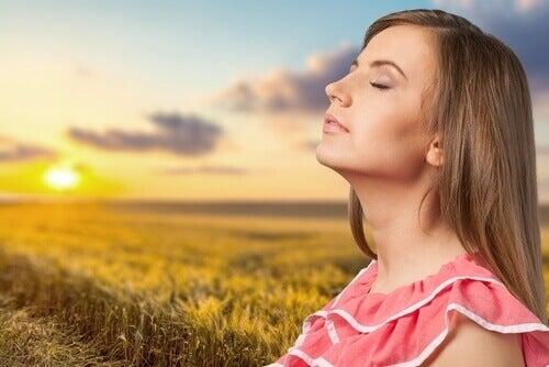 Donna al sole con occhi chiusi