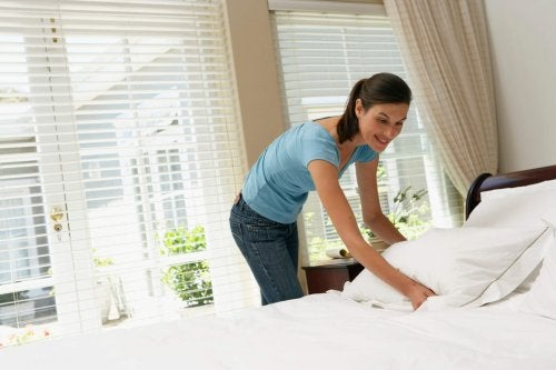 Donna che cambia le lenzuola