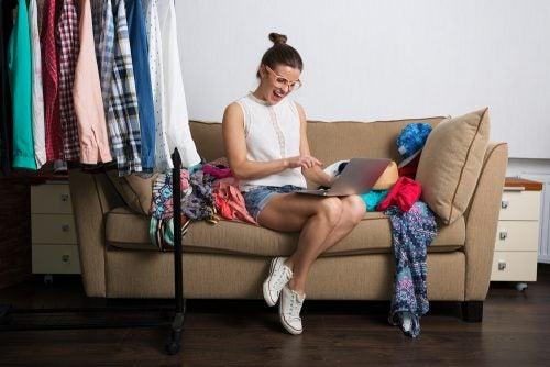 Donna che ha comprato molti vestiti