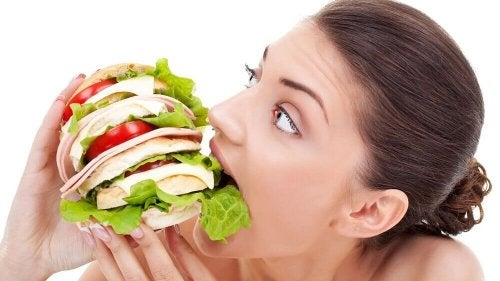 Donna che mangia molto