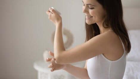 Usi della vaselina: donna che si spalma della crema sui gomiti.