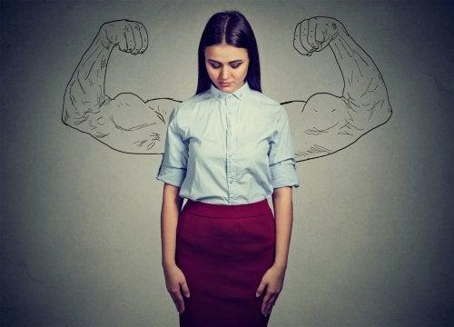 Donna con dietro disegnate braccia muscolose
