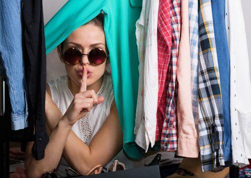 Donna con molti vestiti