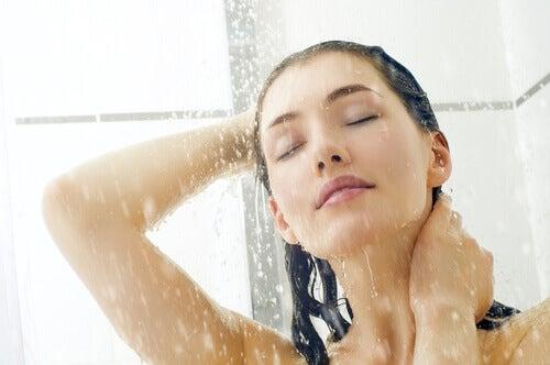Donna che fa una doccia tiepida per combattere il caldo