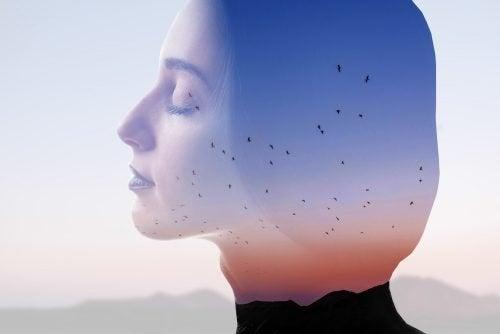 Donna ad occhi chiusi e sfondo di uccelli che volano