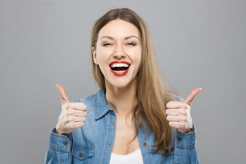 Donna ottimista che sorride