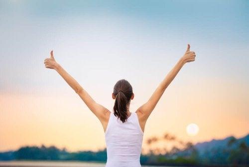 Donna positiva che fa okay con le mani