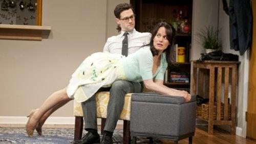Donna sdraiata su ginocchia uomo per spanking