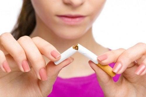 Donna spezza una sigaretta