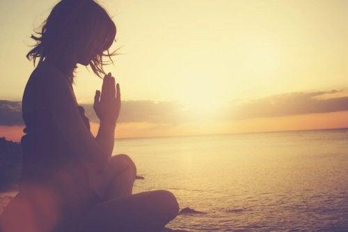 donna medita al tramonto