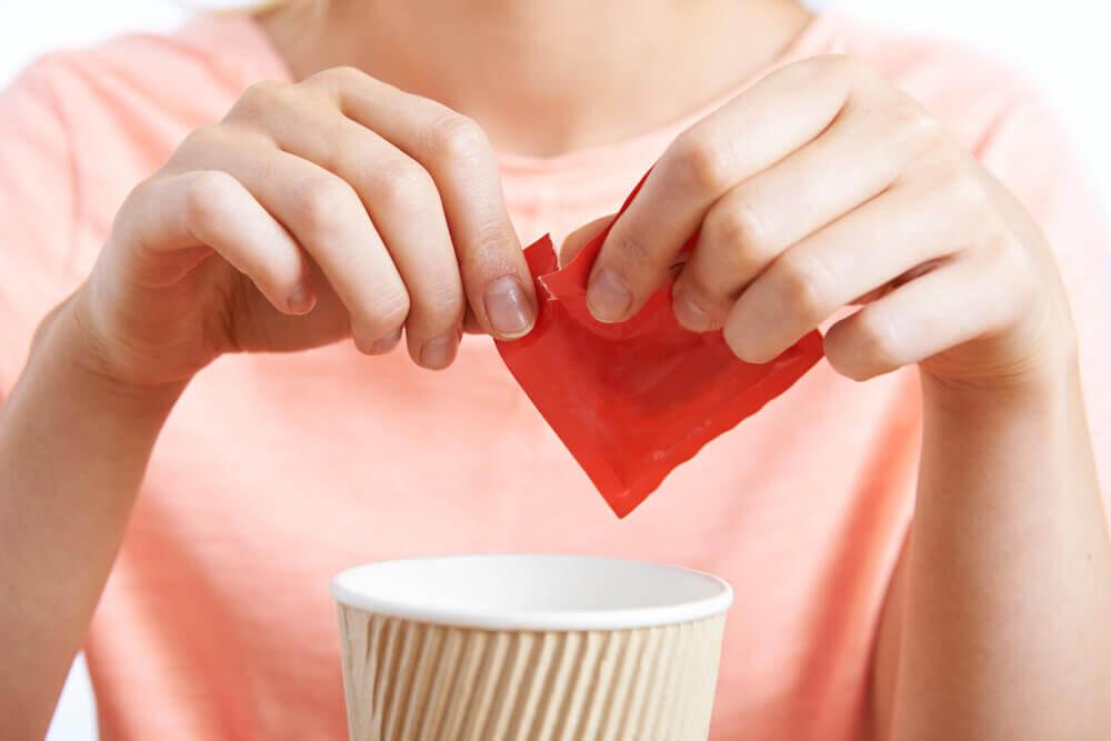 ragazza versa zucchero nella tazza